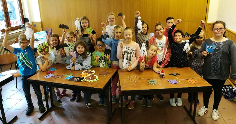 Kinder bastelten Herbstdekoration im Pfarrheim