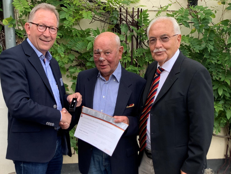 Peter Helmes (Mitte) ist seit 60 Jahren für die CDU aktiv und erhielt eine Ehrung aus den Händen von Erwin Rüddel (links) und Prof. Dr. Rüdiger Sterzenbach. Foto: Bürgerbüro Erwin Rüddel