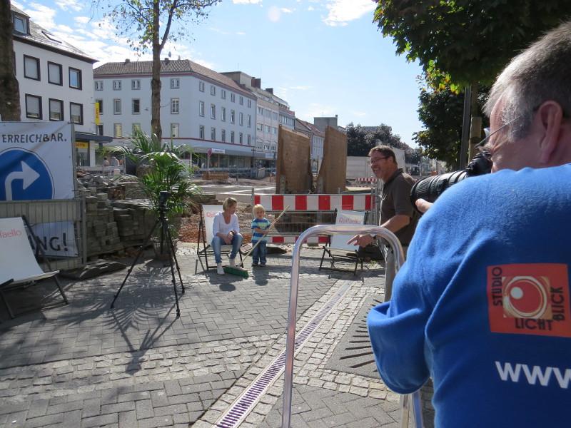 Wohlfühlen am Baustellenzaun: Foto-Shooting in der Marktstraße