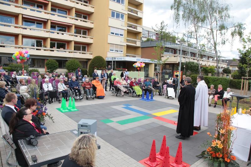 Im Rahmen einer ökumenischen Andacht wurde am Freitagnachmittag der Mehrgenerationenplatz vor dem Josef-Ecker-Stift eingesegnet. Foto: Privat