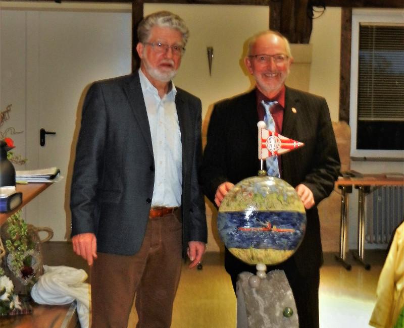 Geschenkübergabe des neuen Präsidenten des Kanuverbandes Rheinland, Edmund Hommen (links) bei der Verabschiedung des scheidenden Präsidenten Michael Weber. Foto: Privat