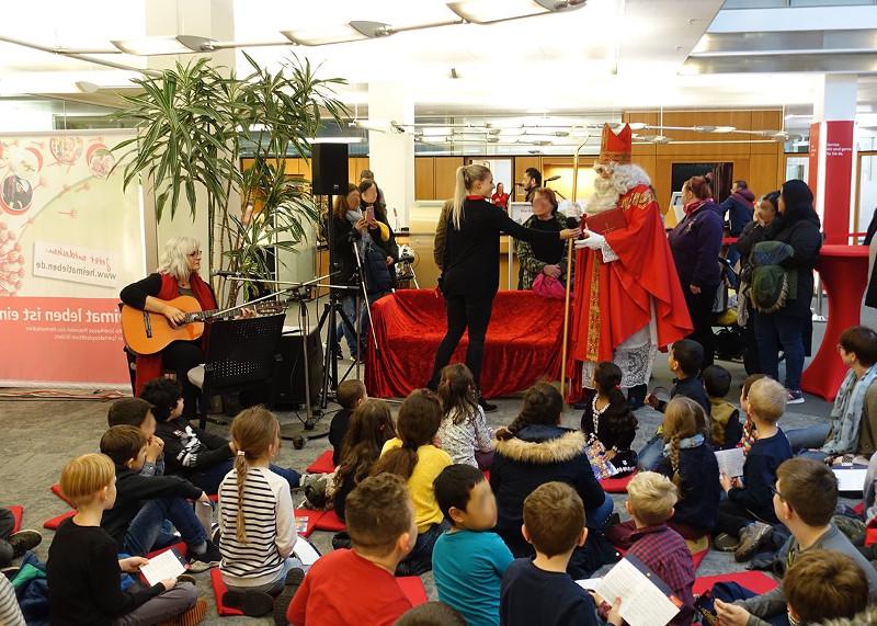 Viele Kinder erwarteten den Nikolaus bei der Sparkasse. Foto: Privat