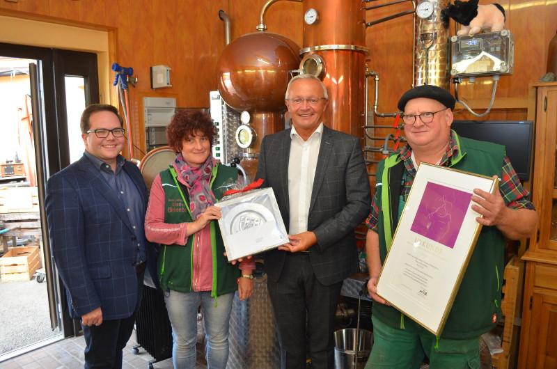 Landrat Achim Hallerbach (2.v.r.) würdigte anlässlich eines Besuchs auf dem Obsthof das Engagement der Eigentümer. Foto: KV Neuwied
