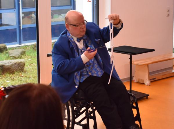 Zauberer Causini, selbst ein Rollstuhlfahrer, bereicherte mit viel Können und Humor den Eltern-Info-Tag des Neuwieder Vereins für Menschen mit Behinderung (VMB). Foto: Privat