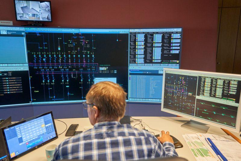 Kritische Infrastruktur: Die Schaltmeister in der Netzleitstelle der evm-Gruppe arbeiten während der Corona-Krise getrennt voneinander. Foto: Sascha Ditscher/evm