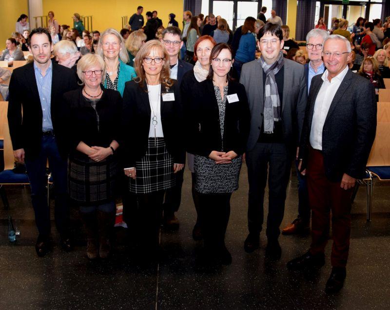 Landrat Achim Hallerbach (rechts), Neuwieds Bürgermeister Michael Mang (3. v.r.) sowie Wolfgang Hartmann, der Leiter des Amts für Jugend und Soziales, Organisatoren und Referenten freuten sich über eine Netzwerkkonferenz, die auf großes Interesse stieß. Foto: privat