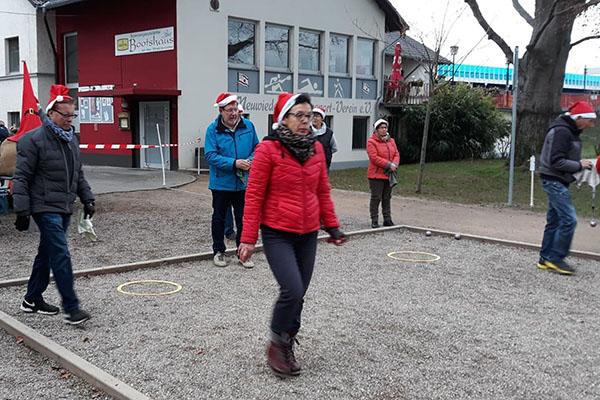 Freunde des Boulespiels feierten Nikolaus auf sportliche Art