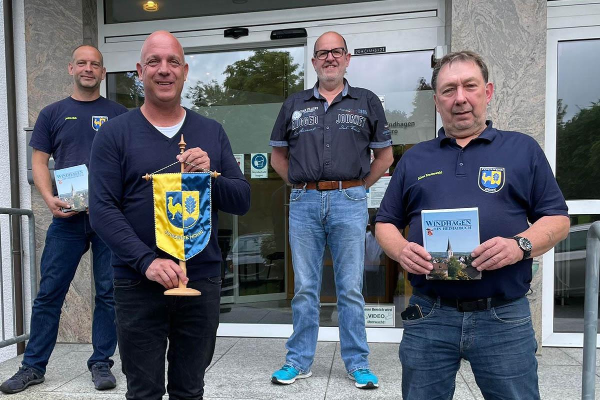 Delegation aus Gemeinde Hohn überreichte Wimpel in Windhagen