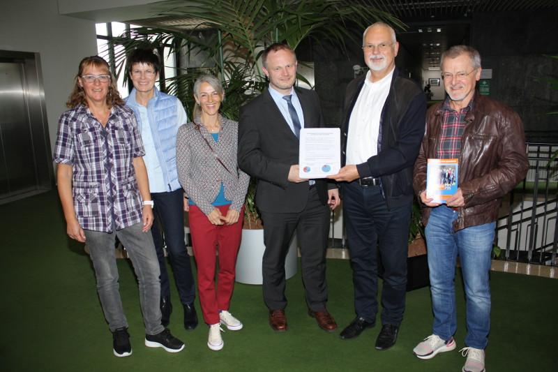 Von links: Claudia Bierbrauer,Elke Heß-Klare, Nicole Mehlbreuer, Oberbürgermeister Jan Einig, Rolf Löhmar und Walter Sefrin. Foto: Privat