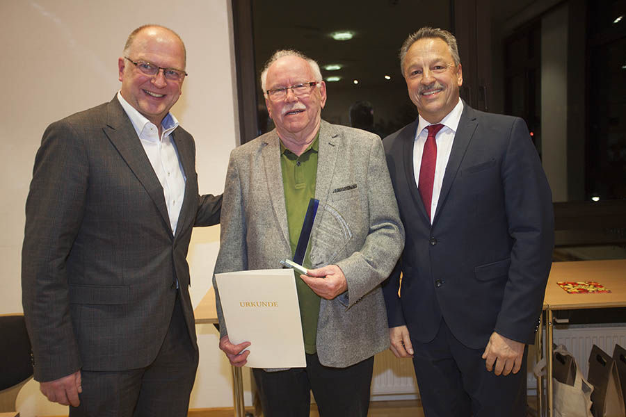Klaus Mertesacker (Mitte) erhielt den Ehrenamtspreis der Verbandsgemeinde überreicht. Foto: Wolfgang Tischler