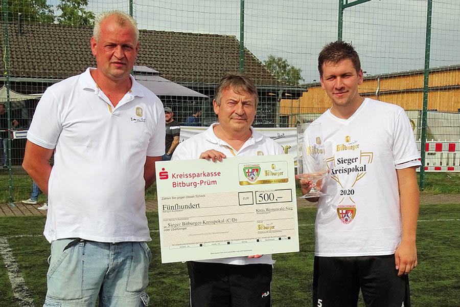 Eine Geldprämie gab es für den Pokalsieger 1. FC Offhausen-Herkersdorf, die Kreisvorsitzender Klaus Robert Reuter (Mitte) und Staffelleiter Björn Birk (links) überreichten. Fotos: Willi Simon
