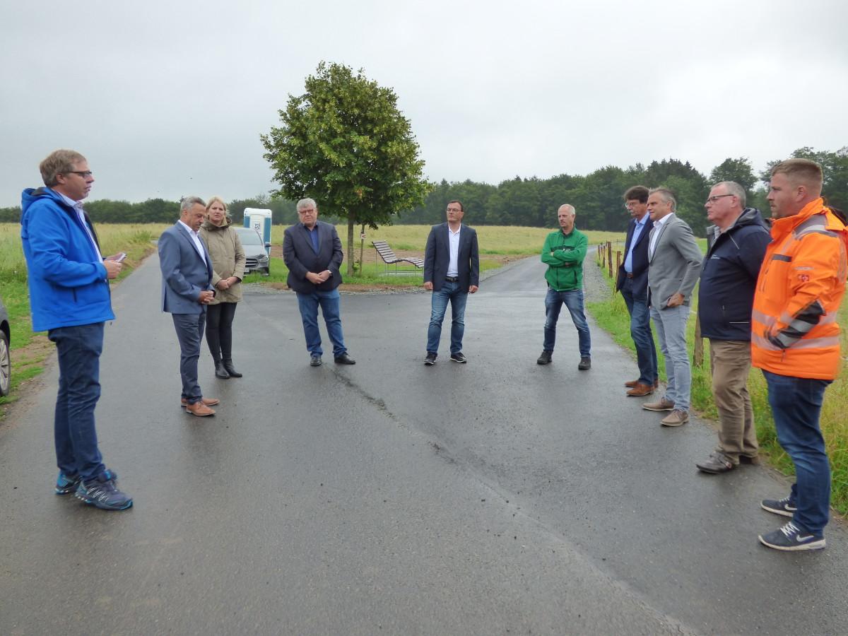 Vertreter der Kommunen, Behörden und ausführenden Firmen trafen sich zur Radweg-Freigabe. (Foto: red)