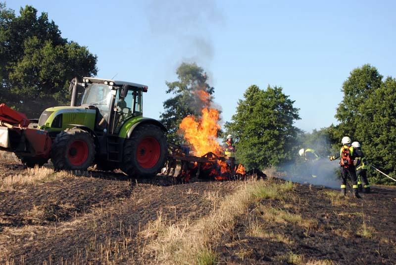 Ballenpresse und 2.500 Quadratmeter Feld geraten in Brand