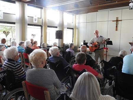 Günter Orthey kam zu einem Liedernachmittag in das Marienhaus Altenzentrum St. Josef Betzdorf. (Foto: Altenzentrum St. Josef Betzdorf)