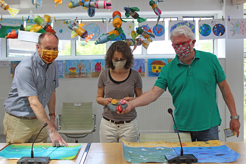 Hans-Joachim Lampe-Booms (Abwasserwerk Bad Honnef), Daniela Paffhausen (Bad Honnef AG), Peter Hurrelmann (FACHCO.e.V.) zeigten sich von den Werken der Kinder begeistert. Foto: Stadt Bad Honnef
