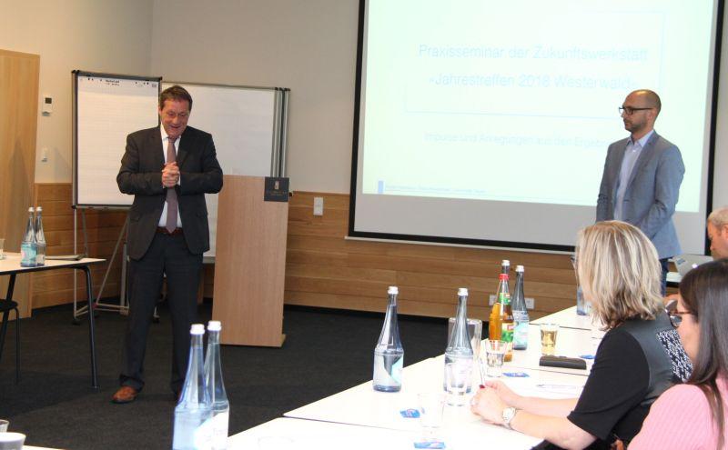 Studierende der Uni Siegen halten Westerwälder Unternehmen den Spiegel vor