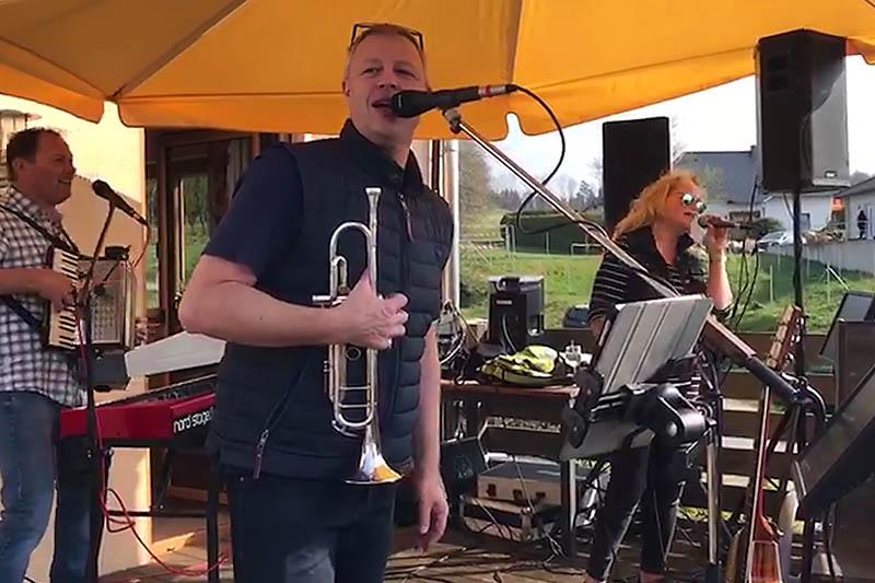Samstagnachmittag in Hanroth: Partyband California gibt Balkonkonzert