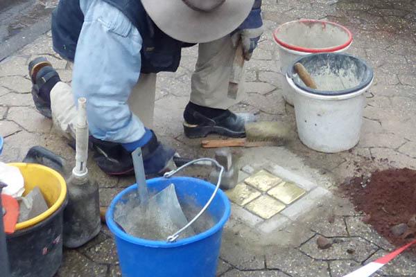 Verlegung der ersten Steine. Fotos: NR-Kurier