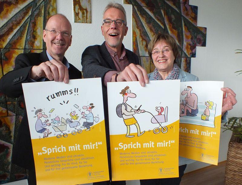Die Plakataktion - links Thilo Becker - wendet sich humorvoll gegen Konzentration auf Smartphones. Foto: Kinderschutzbund