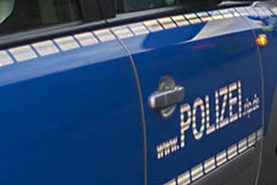 PKW-Fahrer hupt permanent Reiter an