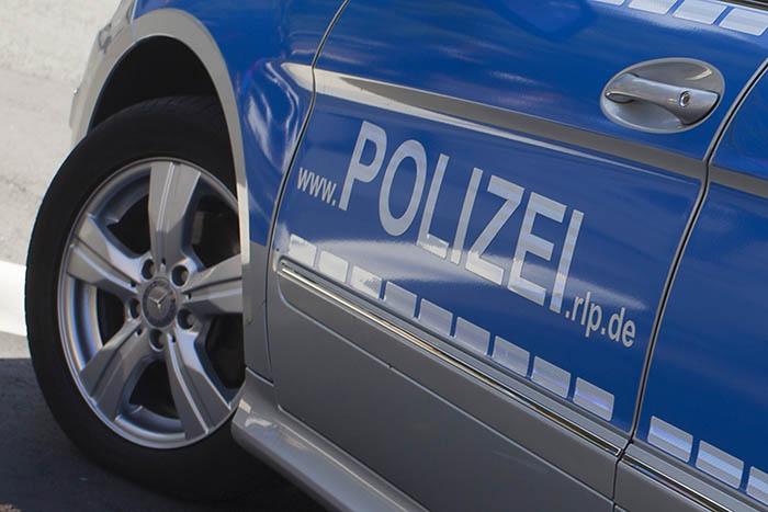 Polizeifahrzeug fährt auf PKW auf