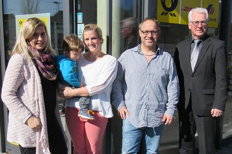 Von rechts: Bürgermeister Volker Mendel, Alexander Schröder, sowie Mitarbeiter und Familie. Foto: privat