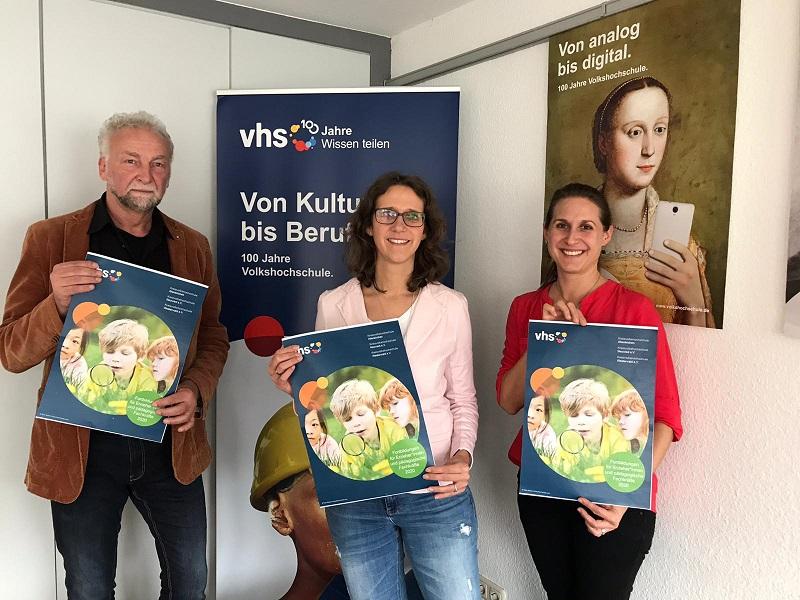 Präsentieren das Fortbildungsprogramm 2020 der Kreisvolkshochschulen für pädagogische Fachkräfte: (von links) Bernd Kohnen (KVHS AItenkirchen), Simone Kirst (KVHS Neuwied) und Tina Schradi (Westerwaldkreis). (Foto: Kreisverwaltung)