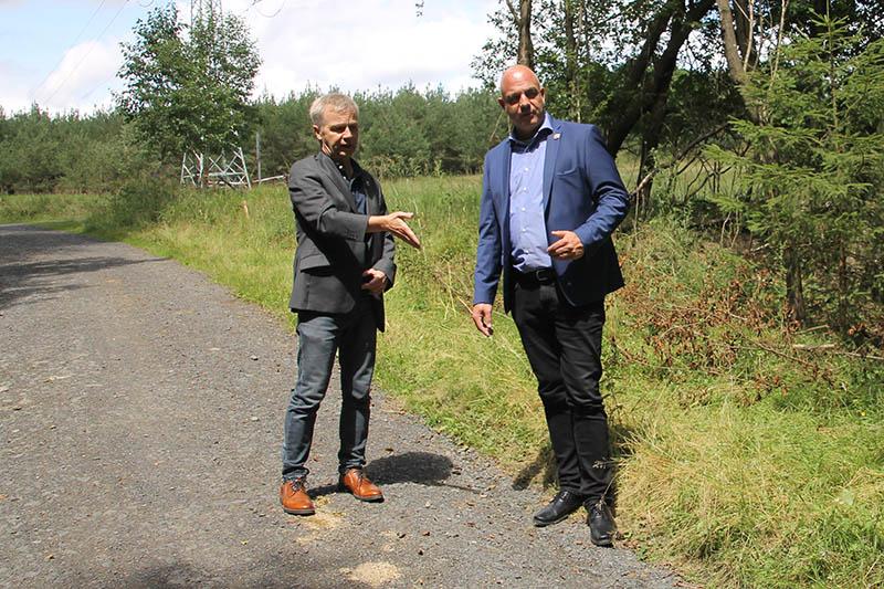 Ortsbegehung auf dem Fuß- und Radweg zwischen Köhlershohn und Rottbitze Ortsbürgermeister von Windhagen Martin Buchholz (rechts) und Bürgermeister der Stadt Bad Honnef Otto Neuhoff. Foto: privat