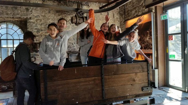 Die Lernerinnen und Lerner der 6. Klassen in der Historischen Werkstatt. Foto: privat