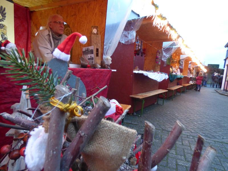 Der Raubacher Weihnachtsmarkt hatte ein gutes Dutzend Stände in urigen Holzhäuschen zu bieten. Fotos: Privat