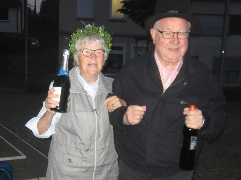 Das frisch gekürte Maikönigspaar 2019 des Rheinbreitbacher Bürgervereins: Uschi Weinberg und Herbert Baumann. Foto: Bürgerverein Rheinbreitbach