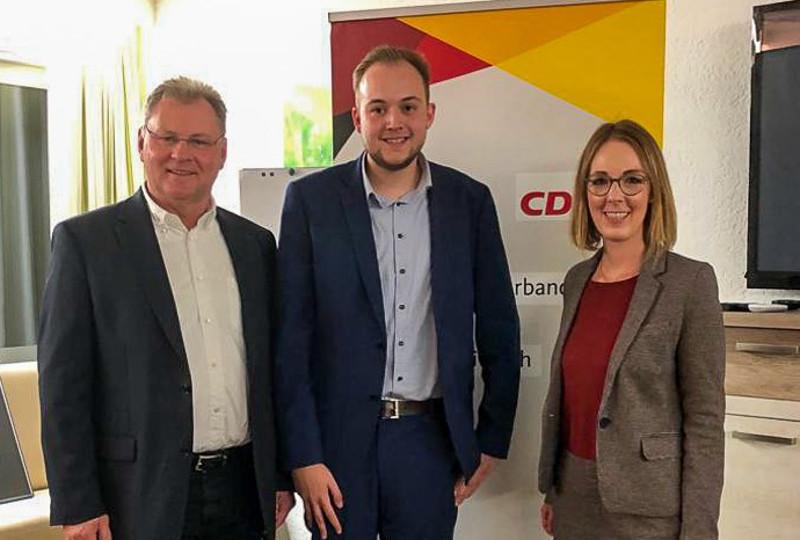 Viktor Schicker gratuliert Pierre Fischer und Ellem Demuth zur Nominierung (von links). Foto: Privat