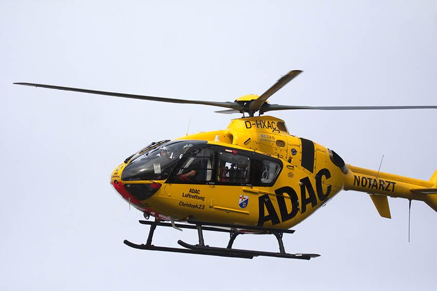PKW kollidiert frontal mit LKW - Fahrerin schwer verletzt