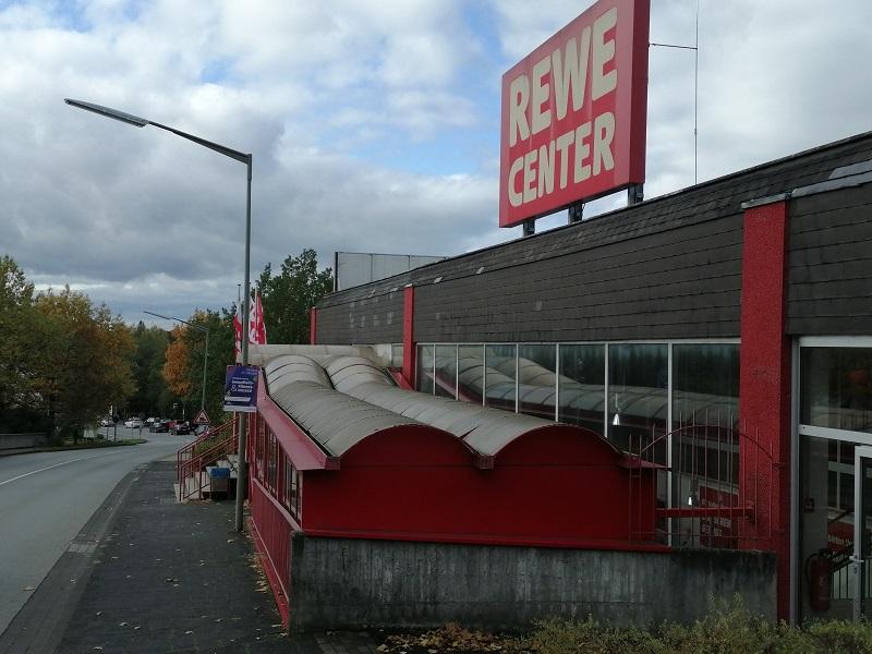 Nur noch wenige Monate wird die weiße Schrift auf rotem Grund verkünden, dass es in Altenkirchen ein Rewe-Center gibt. (Foto: hak)