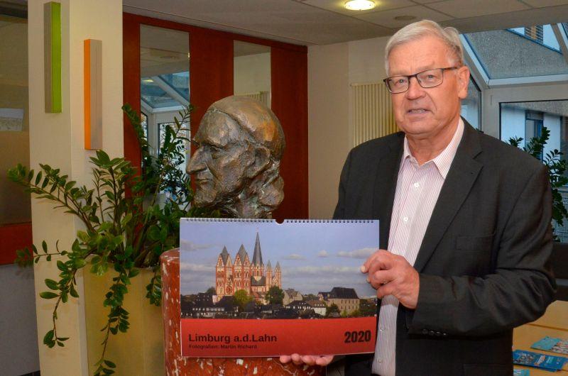 Martin Richard mit dem Kalender. Foto: St. Vincenz-Krankenhaus