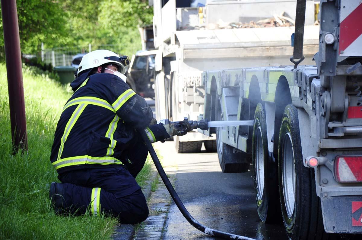Rauchentwicklung an LKW - Leitstelle alarmierte mehrere Feuerwehren