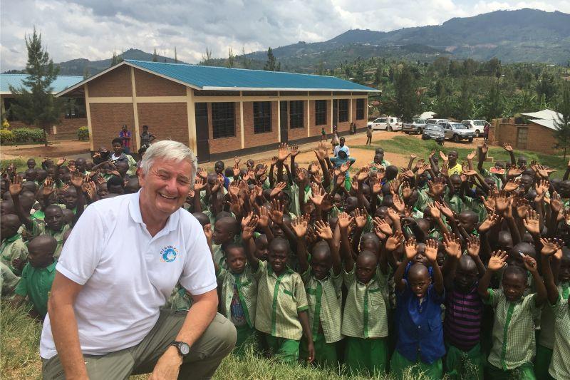 FLY & HELP weiht in Afrika zehn Schulen ein