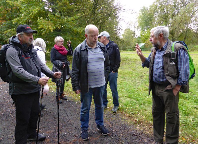 Wanderer des Westerwaldvereins Bad Marienberg erhalten unterwegs viele Informationen. Fotos: privat