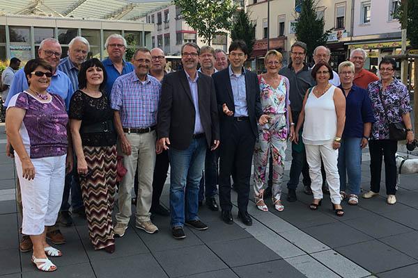 Die Mitglieder der SPD-Stadtratsfraktion trafen sich mit OB-Kandidat Michael Mang zum Gedankenaustausch auf dem Neuwieder Luisenplatz. Foto: SPD