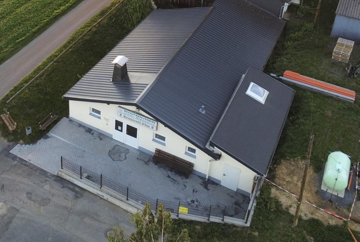 Das Schützenhaus mit dem neugestalteten Vorplatz (Foto: SV Leuzbach Bergenhausen)