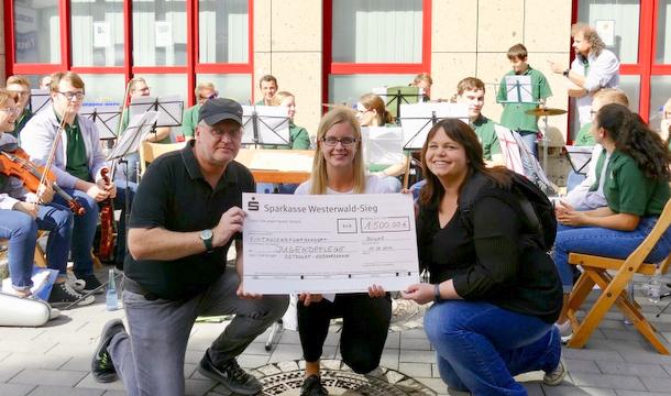Die Stadtkapelle Betzdorf übergab der Jugendpflege der Verbandsgemeinde Betzdorf-Gebhardshain aus dem Erlös ihres Benefizkonzertes einen Scheck über 1.500 Euro. (Foto: Stadtkapelle)