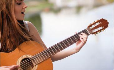 Gitarre, Gesang und Liedbegleitung