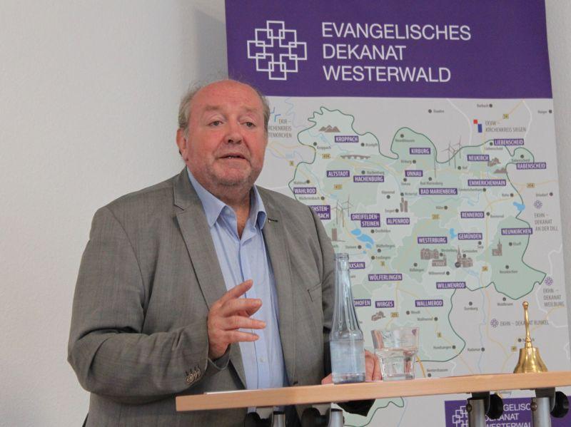 Dr. Martin Schuck spricht im Karl-Herbert-Haus über die Herleitung des gegenwärtigen Staat-Kirche-Verständnisses und dessen Zukunft. Fotos: Sabine Hammann-Gonschorek