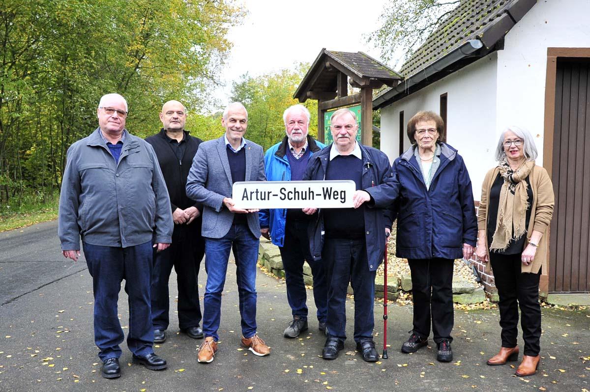 Artur-Schuh-Weg eingeweiht: Die Straße zur Wiedhalle in Neitersen hat einen Namen