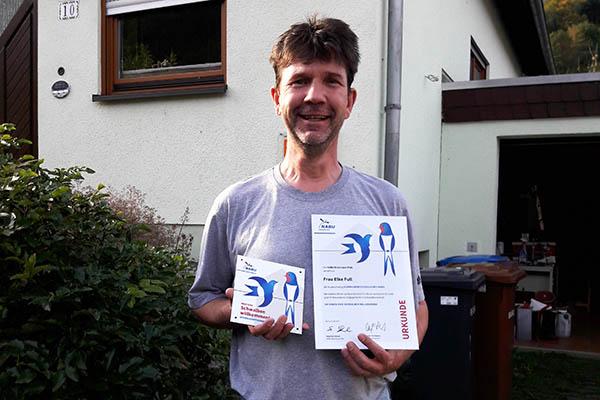 NABU Waldbreitbach zeichnet schwalbenfreundliches Haus aus