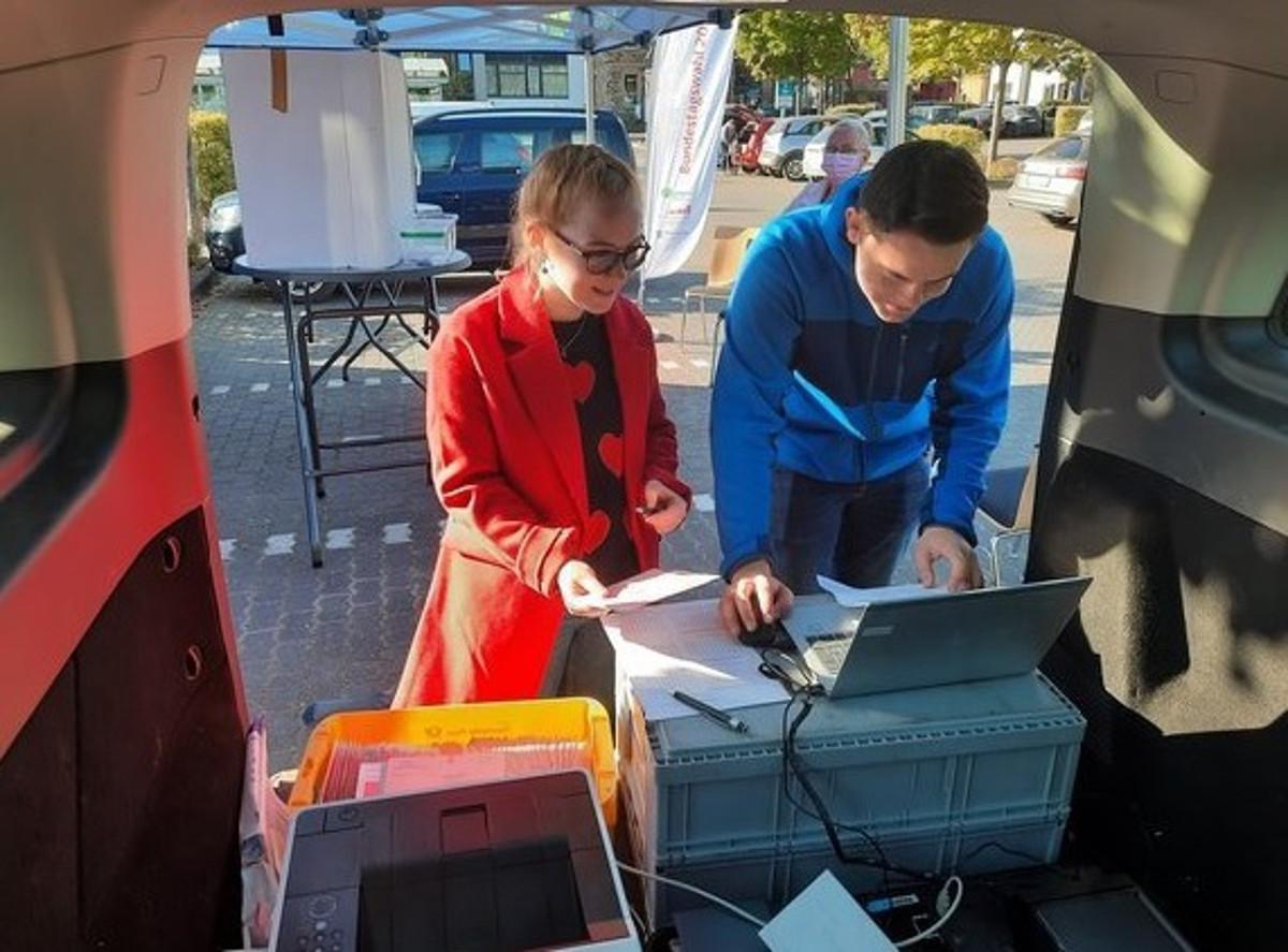 Anwärter der VG Selters leisten Hilfe bei der Bundestagswahl im Ahrtal
