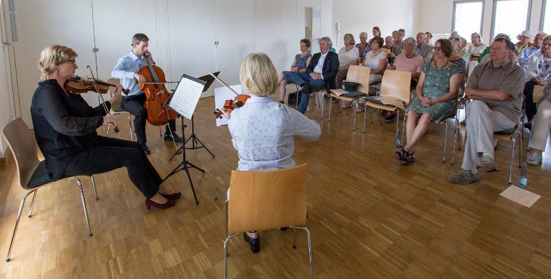 Aufmerksames Publikum bei Kammermusik in Selters