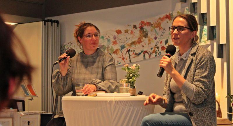 Die Predigt hielt Anico Csoka-Czako (rechts) auf Englisch, Sabrina Wittwer (links) übersetzt. Fotos: Sabine Hammann-Gonschorek