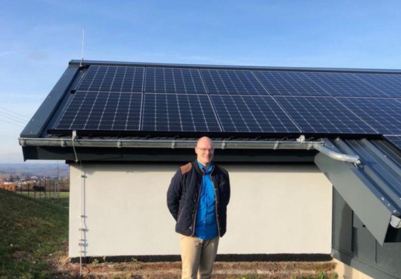 Klimaschutzmanager Henrik Lütkemeier und Solaranlage auf dem Hochbehälter Hachenburg. Foto: privat