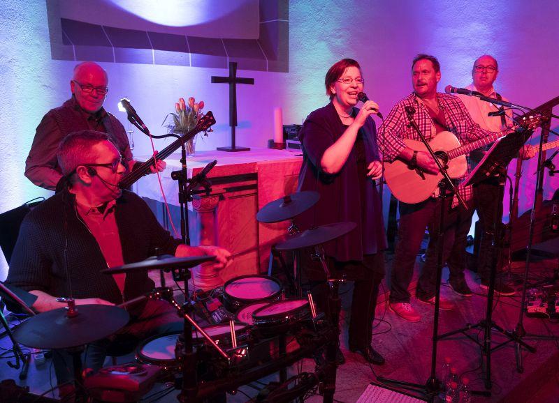 Somesongs spielen in der Willmenroder Kirche
